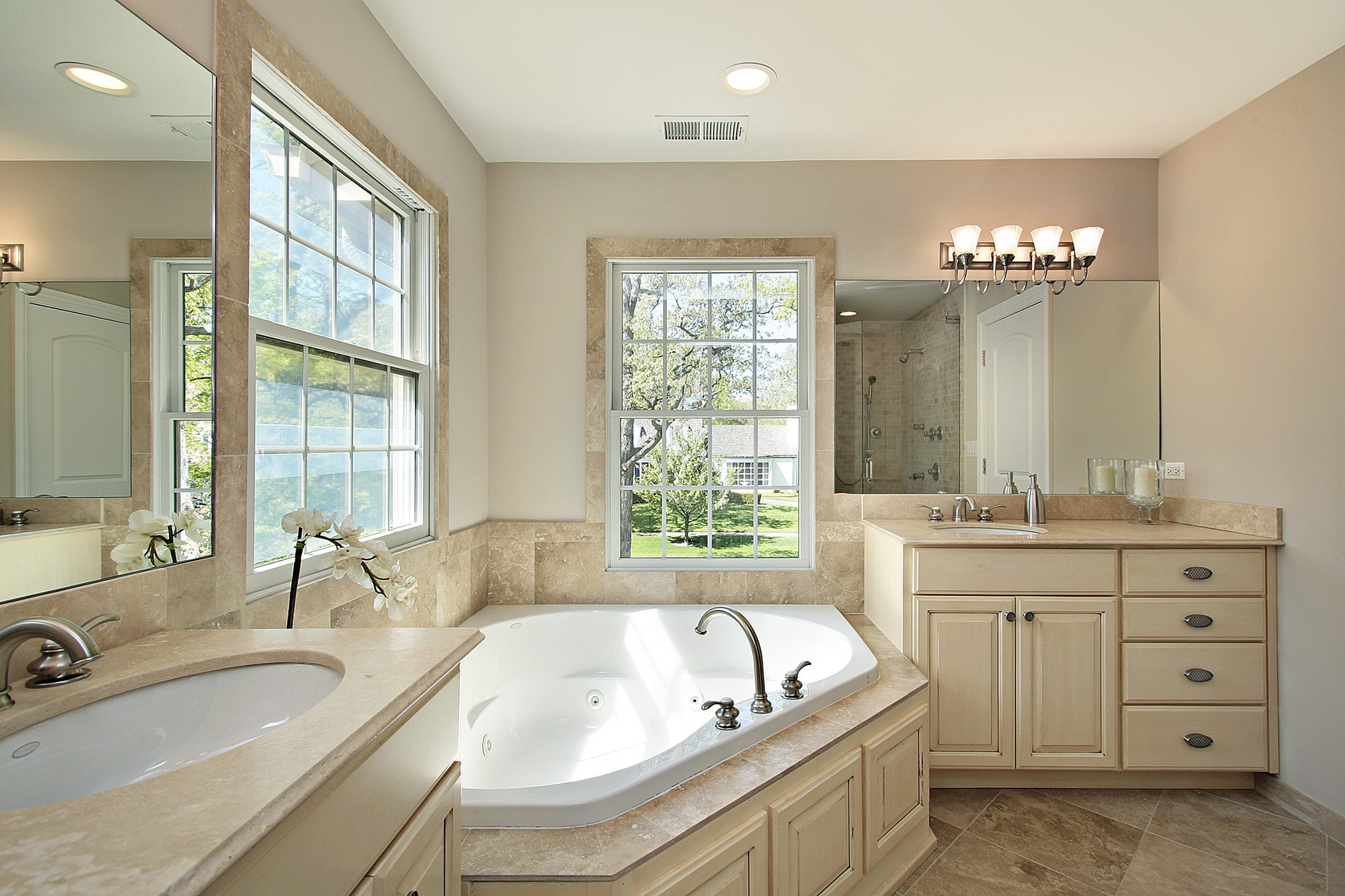 Master bath with tub - Classic Remodeling NW, Inc.
